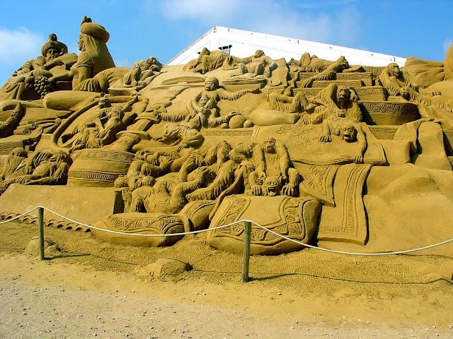Sand sculpture of monkeys. (Photo by Karelj)