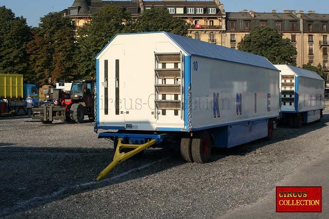 roulotte au toit a trois pan pour le transport des gradins et du matériel pour l'intérieur du chapiteau