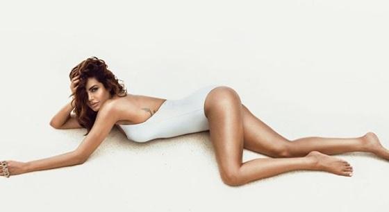 ईशा गुप्ता ने शेयर की बेहद ही बोल्ड तस्वीर, तो फैंस ने पूछा..तुम्हारे पैरे इतने शाईनिंग कैसे मारते हैं!