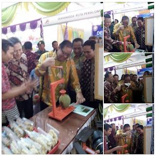 Menteri Koperasi & UKM Indonesia Mencoba Alat Bantu Belah Durian SMKN 1 Karangdadap
