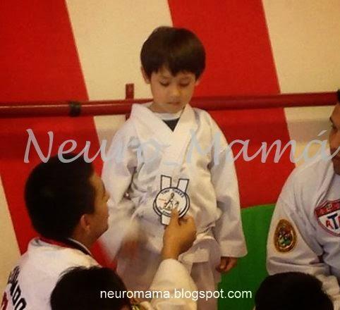 Niño recibiendo un galardón de tae kwon do