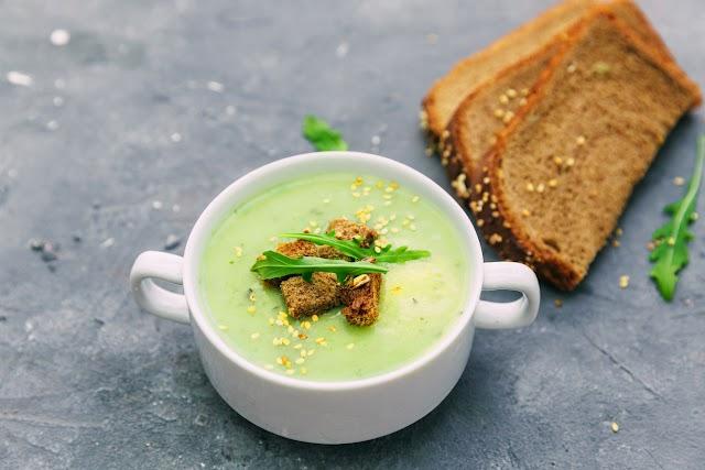 Frissítő cukkinileves uborkával: jól behűtve a legfinomabb