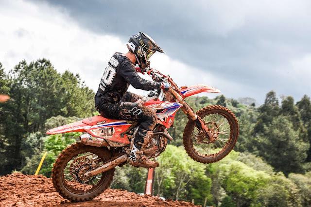 Hector Assunção, da equipe Honda Racing, vence prova da Elite MX na terceira etapa do Brasileiro de Motocross 2021. Crédito: Idário Café/Mundo Press
