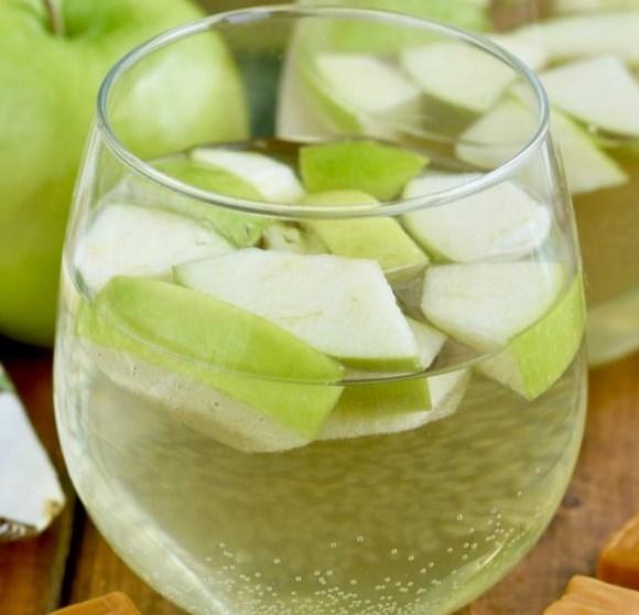 CARAMEL APPLE SANGRIA #drinks #cocktails
