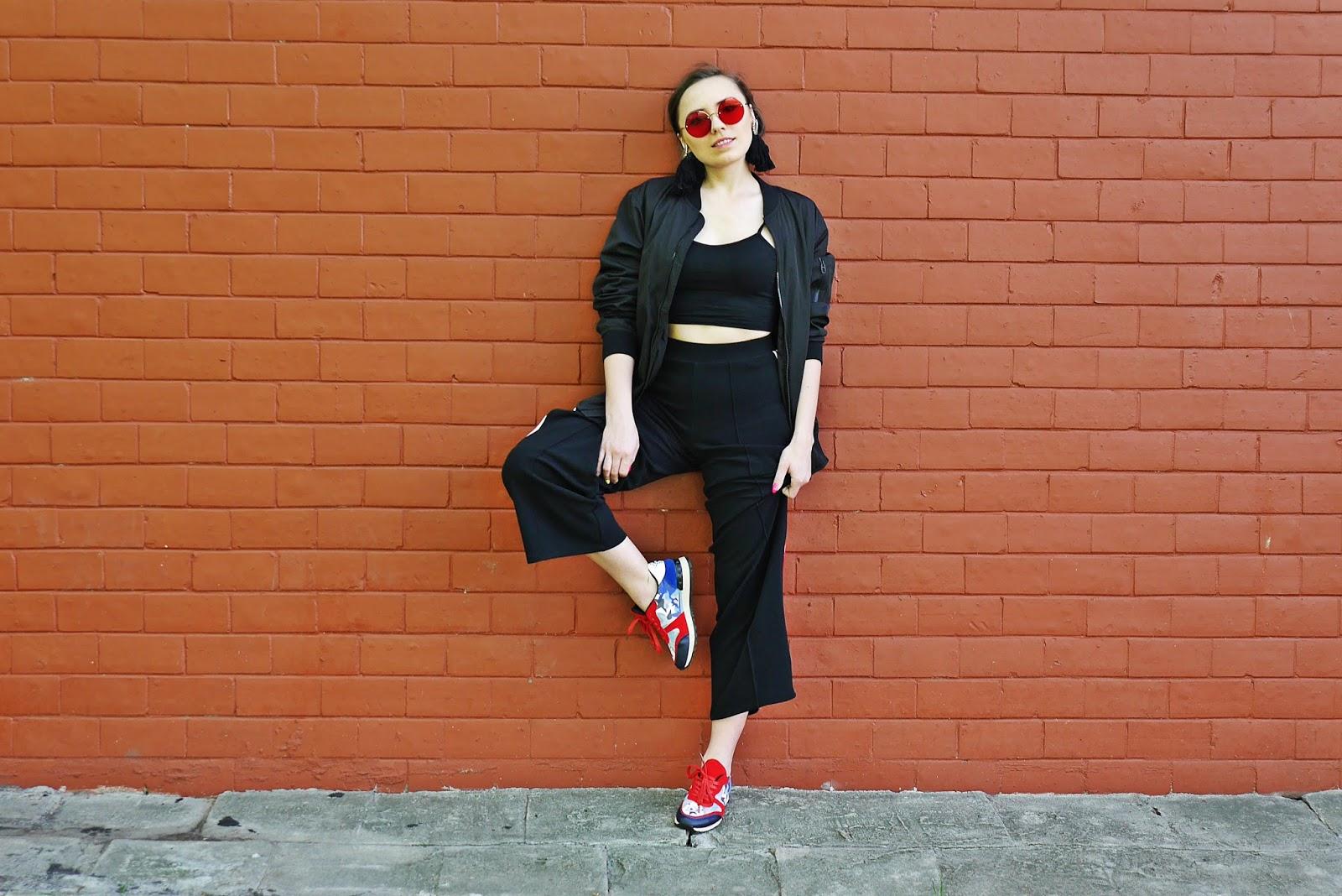 3_kolorowe_sneakersy_renee_czarne_spodnie_z_lampasem_crop_top_karyn_blog_modowy_300418