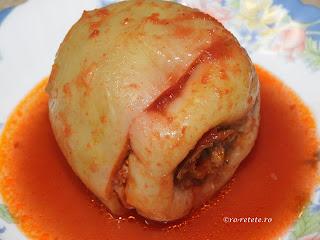 Ardei umplut reteta de casa traditionala cu carne tocata de porc ceapa orez cimbru boia piper patrunjel fierti in sos tomat rosii retete culinare mancare gatita dobrogeana romaneasca tocatura umpluti,