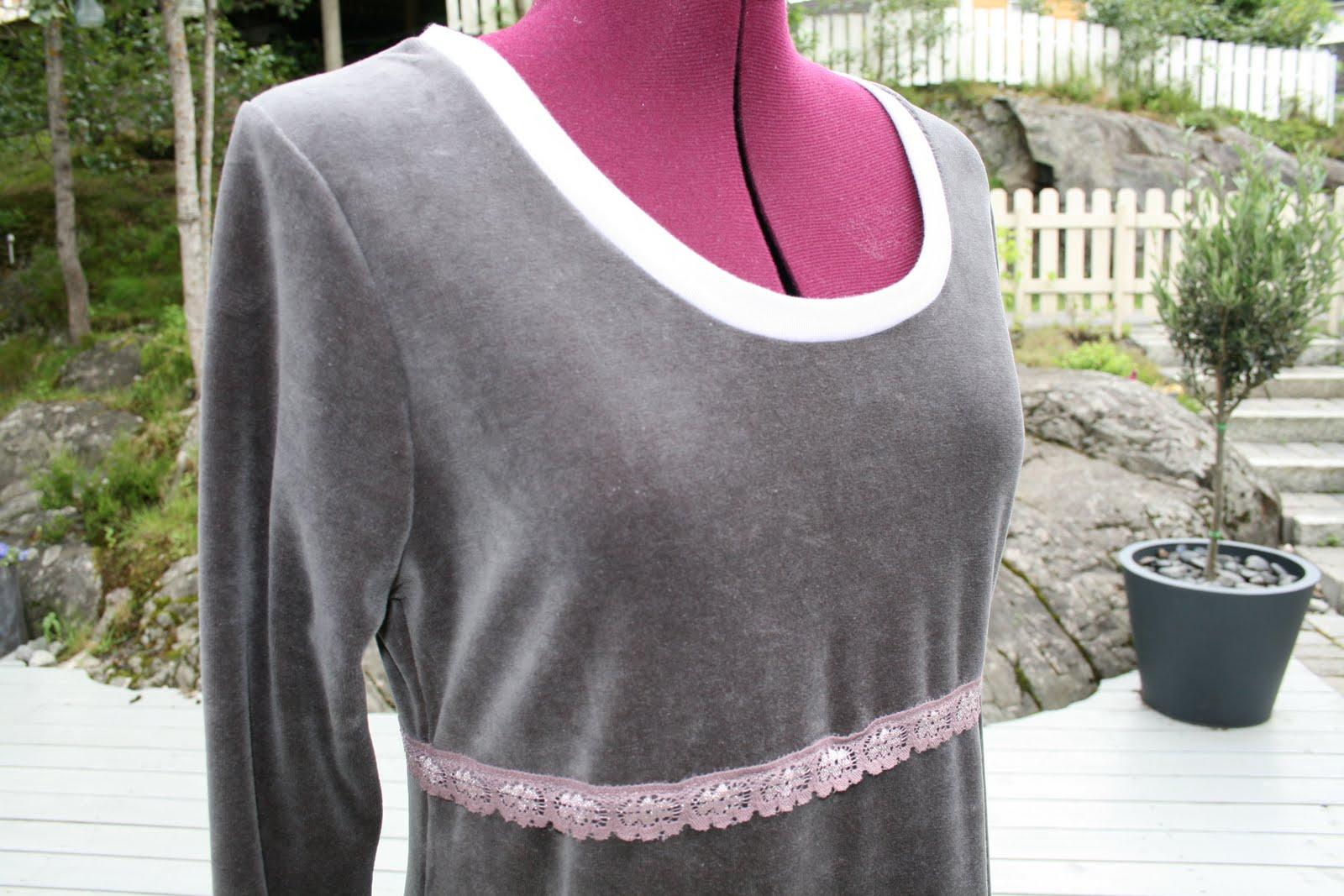 dba5f8580974 Langermet chenille-kjole i fargen støvet lilla. Lys lilla blonde i midjen