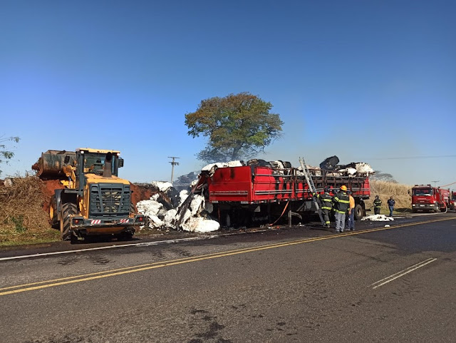 Carga de algodão transportada em carreta pega fogo na SP-284, em Martinópolis