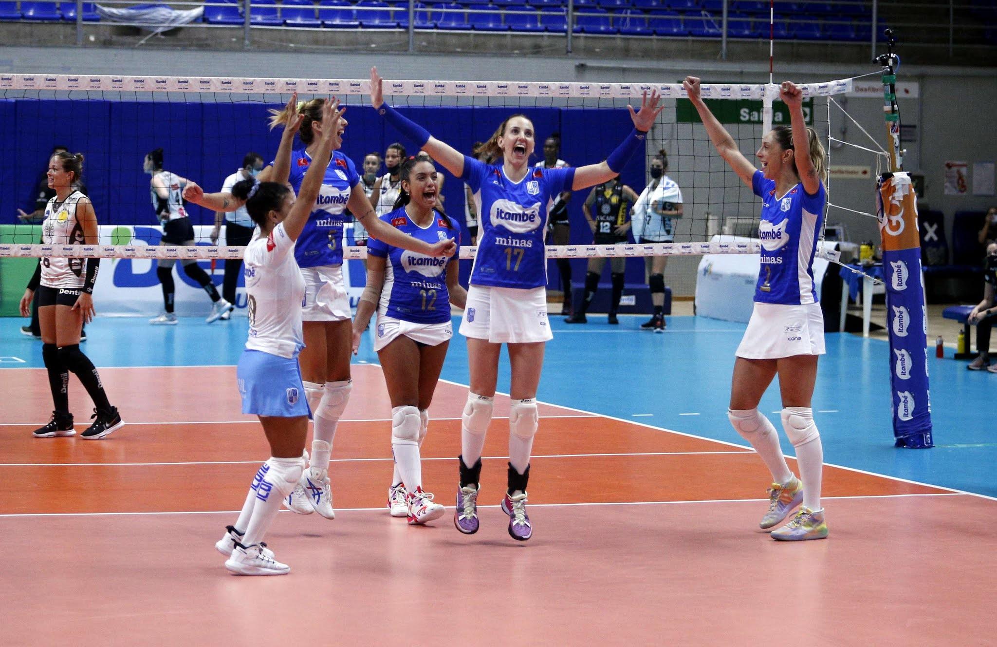 Itambé/Minas comemorando vitória em cima do Praia Clube