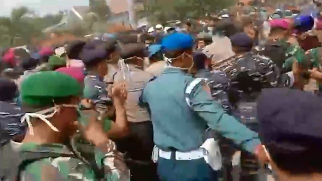 Video Bentrokan Warga Tolak WNI Yang Dupulangkan Dari Wuhan Dikarantina di Natuna