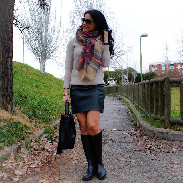 LOOK Invierno Botas de agua, minifalda y bufanda cuadros