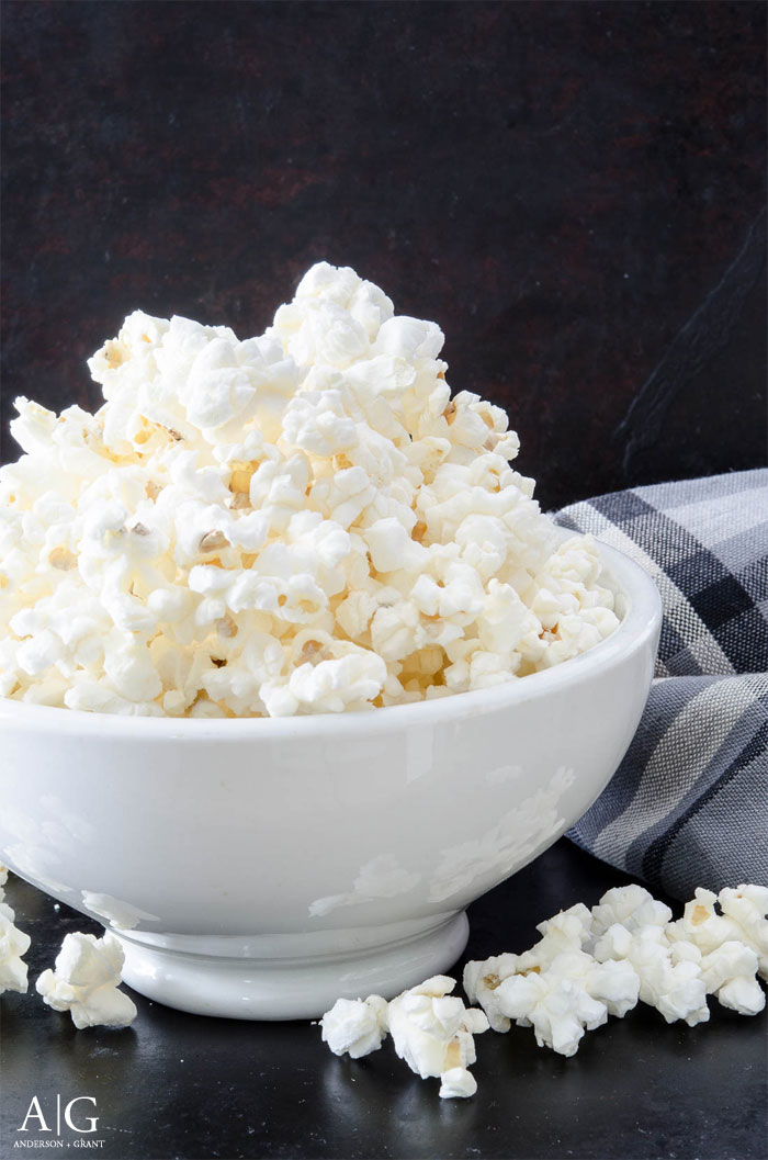 Love making popcorn at home, but hate the chemicals and taste of store bought microwave popcorn?  Check out the easy solution to making homemade popcorn.  |  www.andersonandgrant.com