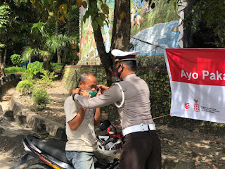 Sat Lantas Polres Enrekang Membagikan Masker Kepada Pengendara Pada Saat Pengaturan Pagi