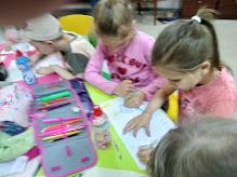 Девочки рисуют школьный лагерь усмішка бібліотека-філія №4 М.Дніпро