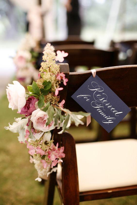 Marcar los sitios reservados a vuestros familiares en la ceremonia es esencial para que los asistentes no ocupen las filas que deberían ser para vuestros familiares