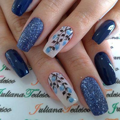 unhas decoradas lindas com flores de esmalte azul