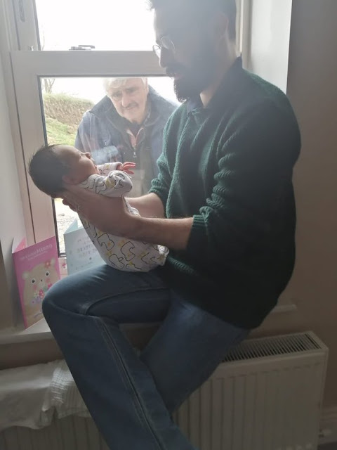 Παππούς γνωρίζει το νεογέννητο εγγόνι του