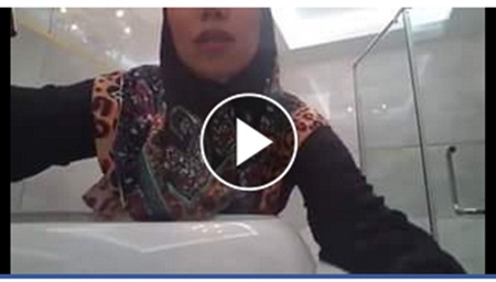 Video : Aksi Akak bertudung dalam tandas sangat memalukan !!
