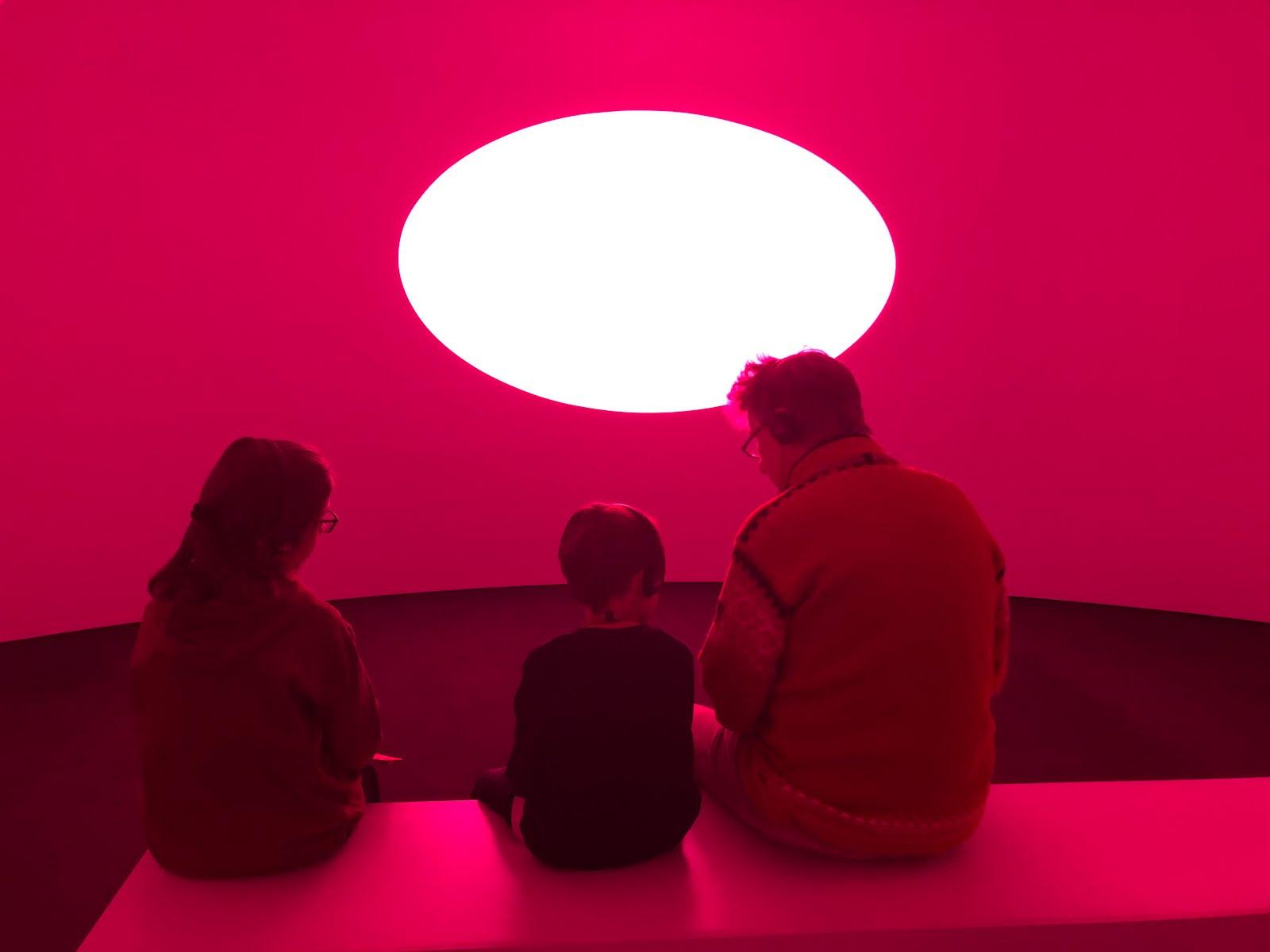Der Ritter und die beiden Kleinen im Frieder-Burda-Museum vor Turrells Accretion Disk