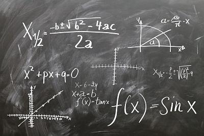 Números. Gráficas y ecuaciones matemáticas en una pizarra.