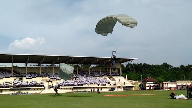 20 Prajurit TNI AU Atraksi Terjun Payung Disambut Antusias Pelajar dan Warga
