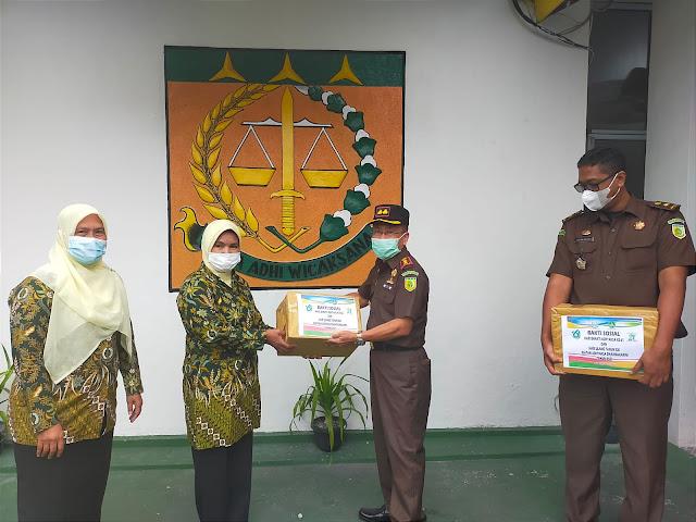 Kejati dan Kejari Kabupaten Kepulauan Meranti Bersama PT Timah Tbk Bagikan Sembako untuk Warga