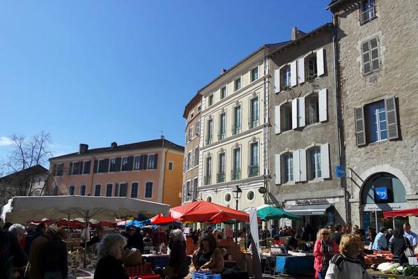 cahors vieille ville cathédrale marché