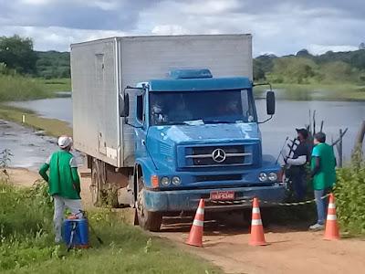 Prefeitura de Catarina monta barreira sanitária na divisa com Arneiroz na parede da barragem de Figueiredo; combate ao coronavírus.