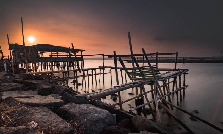 Menikmati Keindahan Alam Pantai Kejawanan di Cirebon