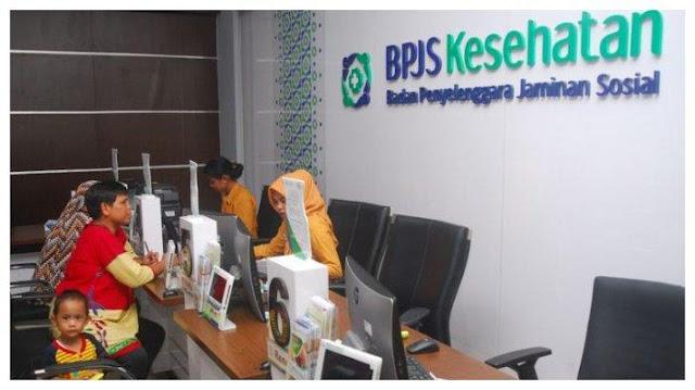 Petugas BPJS Kesehatan Kabupaten Bogor sedang melayani seorang warga yang sedang mengurus kartu BPJS Kesehatan, di kantor BPJS Kesehatan Kabupaten Bogor, Cibinong, Bogor, Jawa Barat, Jumat (24/11/2017).