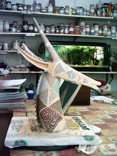 Escultura cerámica decorada con engobez en proceso.