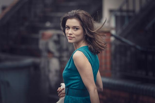 Sophie Cookson como Christine Keeler
