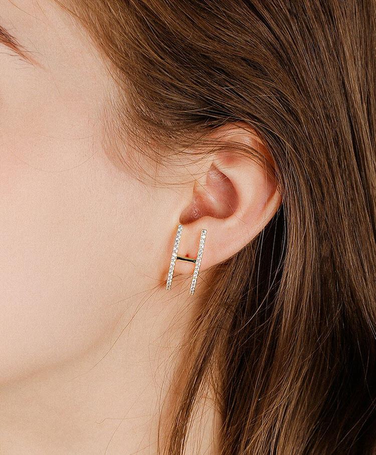 時尚風香檳金彎曲 H 鋯石耳環