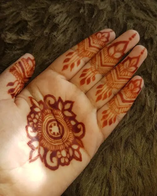 Round-lines-and-leavs-mehndi-design
