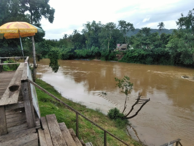 song river bar vang vieng laos