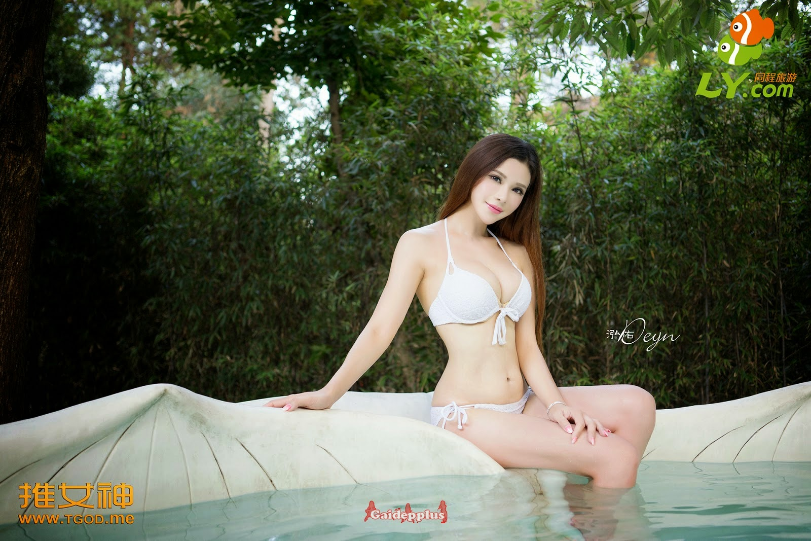 showing hot body in swimming pool