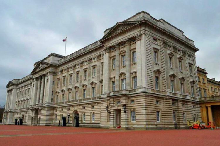 Buckingham Sarayı'na gezi düzenleyen bazı özel şirketler var, bu şirketlere başvurarak sarayı gezmek mümkün.