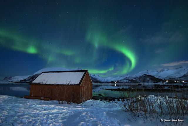 Islas Lofoten, aurora boreal en Lyngvaer por El Guisante Verde Project