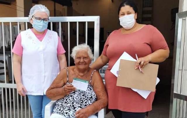 Vacinação contra Covid-19 na Ilha Comprida junto aos grupos prioritários acontece nas casas