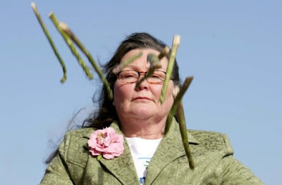 Wanita Ini Meramal Masa Depan Menggunakan Asparagus