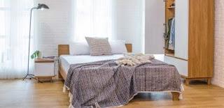 Kamar tidur berukuran standar, lemari pakaian, meja dan kursi