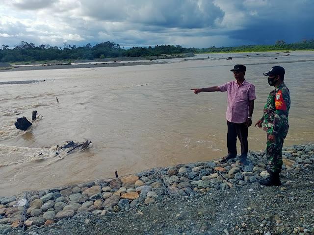 Waspada Banjir, Babinsa 05/PC Bersama Warga Pantau Sungai Krueng Meureubo