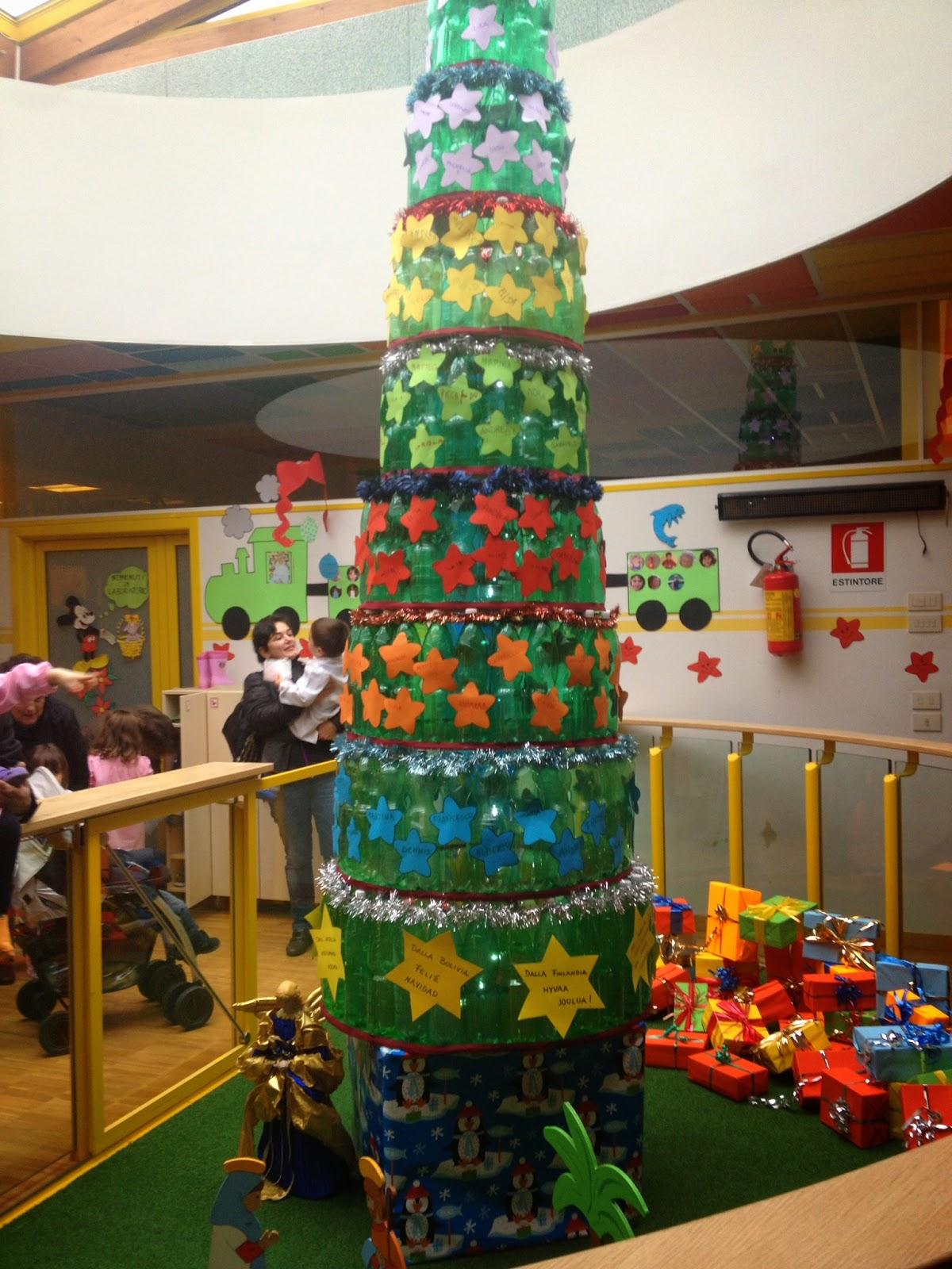 Tata e maestra albero di natale con le bottiglie alla for Addobbi finestre natale scuola infanzia