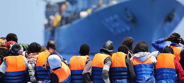 Migrantes cruzando el Mediterráneo rescatados por un buque belga.Frontex/Francesco Malavolta