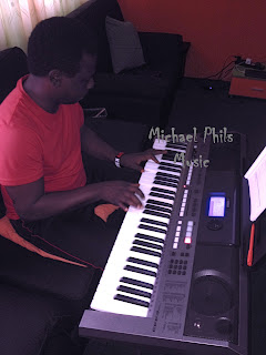choir master playing oise iyanu on piano
