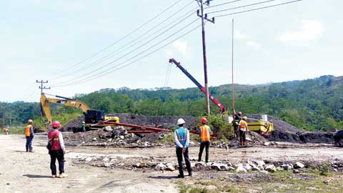 Petugas PLN melakukan penyambungan pelanggan premium di industri tambang di Sijunjung
