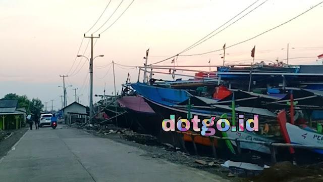 Perahu dan kapal ikan yang bersandar di Karang Song TPI Mina Sumitra Indramayu