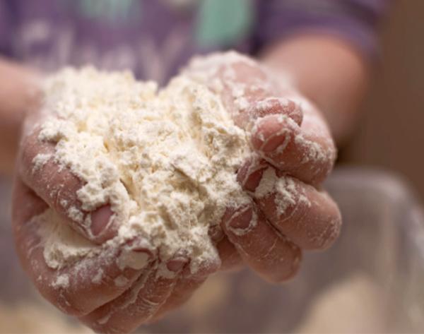Make mold-able play dough using just two ingredients! #clouddough #clouddoughrecipe #flourdoughforkids #playdough #growingajeweledrose #activitiesforkids