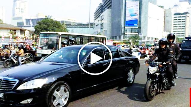 Jokowi Bagi Sembako dari Mobil, Publik: Sekelas Dia Caranya Begini, Hadeh!