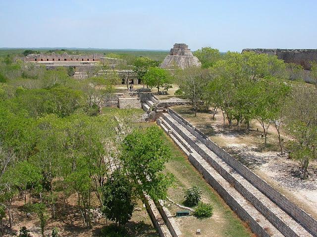 Panorama vers le nord. On y voit le Palais du Gouverneur à droite, ainsi que le Quadrilatère des Nonnes et la Pyramide du Devin